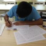 各種資料をまとめながら、作文に取り組んでいます。